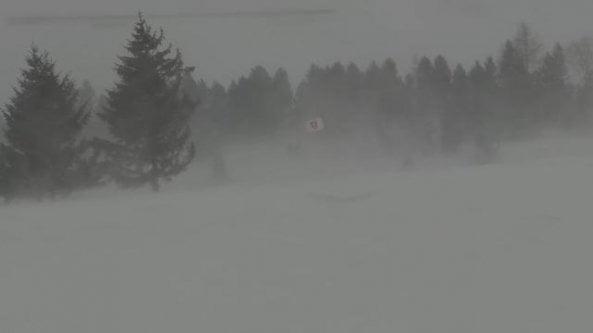 Bufera di neve a Cervinia: le raffiche di vento sono fortissime