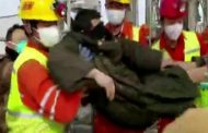 I minatori intrappolati per 14 giorni risalgono in superficie con gli occhi bendati
